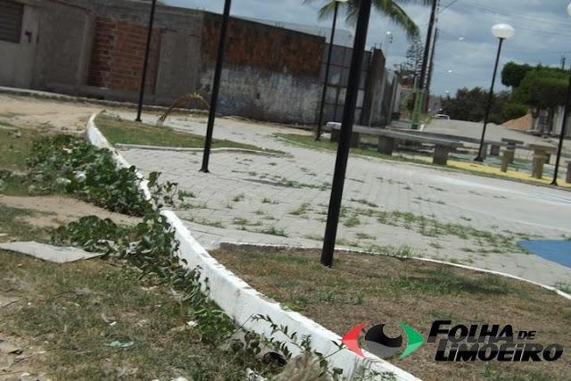 Praça da Avenida Sul nem foi inaugurada e mato já a consome.
