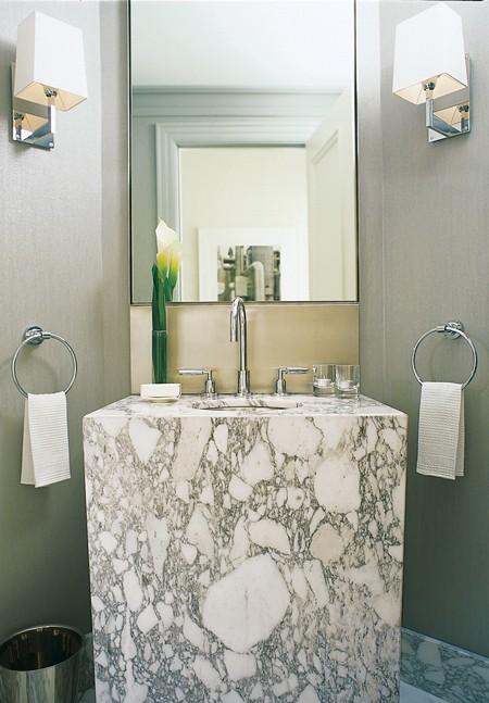 Интерьер и дизайн маленькой ванной комнаты с мраморной раковиной