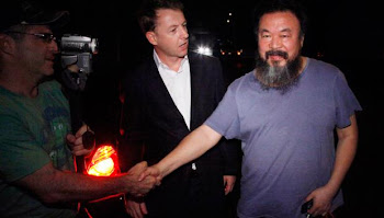 Ai Weiwei charla con periodistas a su llegada a su casa de Pekín, tras quedar en libertad bajo fian