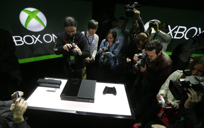 """new console from Microsoft,Microsoft has finally unveiled its new home console that given the name Xbox One and take over from the aging Xbox 360 release 8 years ago. To counter the Playstation 4 of Sony, Microsoft provides an output """"before the end of the year,"""" without announcing price. One thing is clear : this new console from Microsoft will shake habits"""