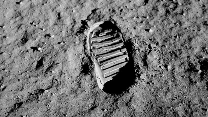 Перший слід людини на місяці