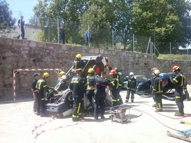 Bomberos realizan un simulacro de rescate en accidente de trafico