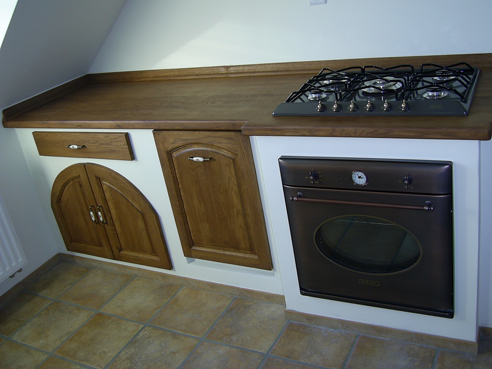 Rustykalna kuchnia, murki w kuchni, drewniane fronty mebli kuchennych, wiejska kuchnia