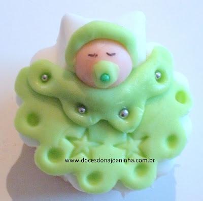 Mini cupcake para chá de bebê decorado com bebezinho na coberta na cor verde