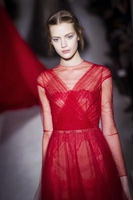 robe rouge valentino en dentelle rouge et mousseline de soie transparent. mannequin femme de fashionweek. Robe parfaite rouge et sexy, glamour et féminine. Une vrai robe dans l'esprit lingerie et haute couture, photo blog Vanessa Lekpa