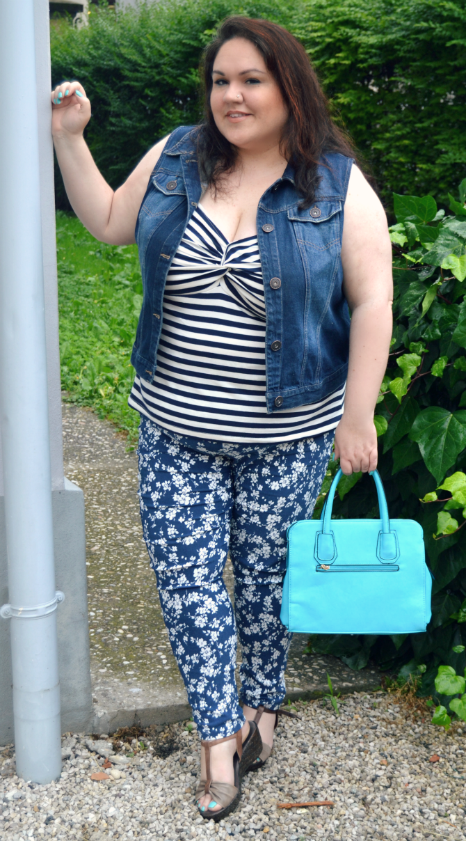 outfit plus size con jeggings scarlett & jo, canotta a righe e gilet in denim