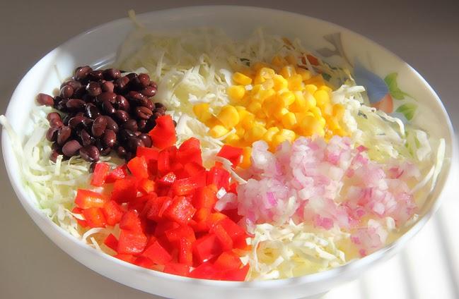 Салат с кукурузой, чёрной фасолью и авокадо