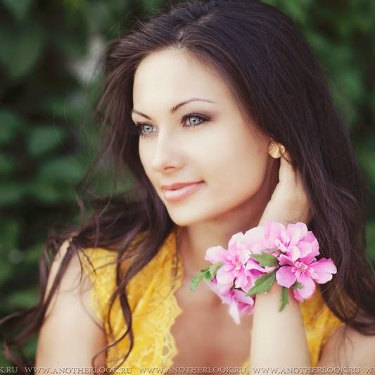 Красивый венок на руку из цветов