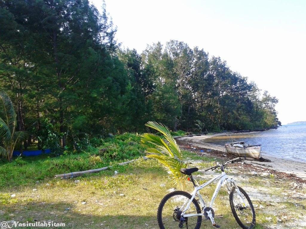 Pantai disaat terkena angin timur, agak kotor karena sampah laut