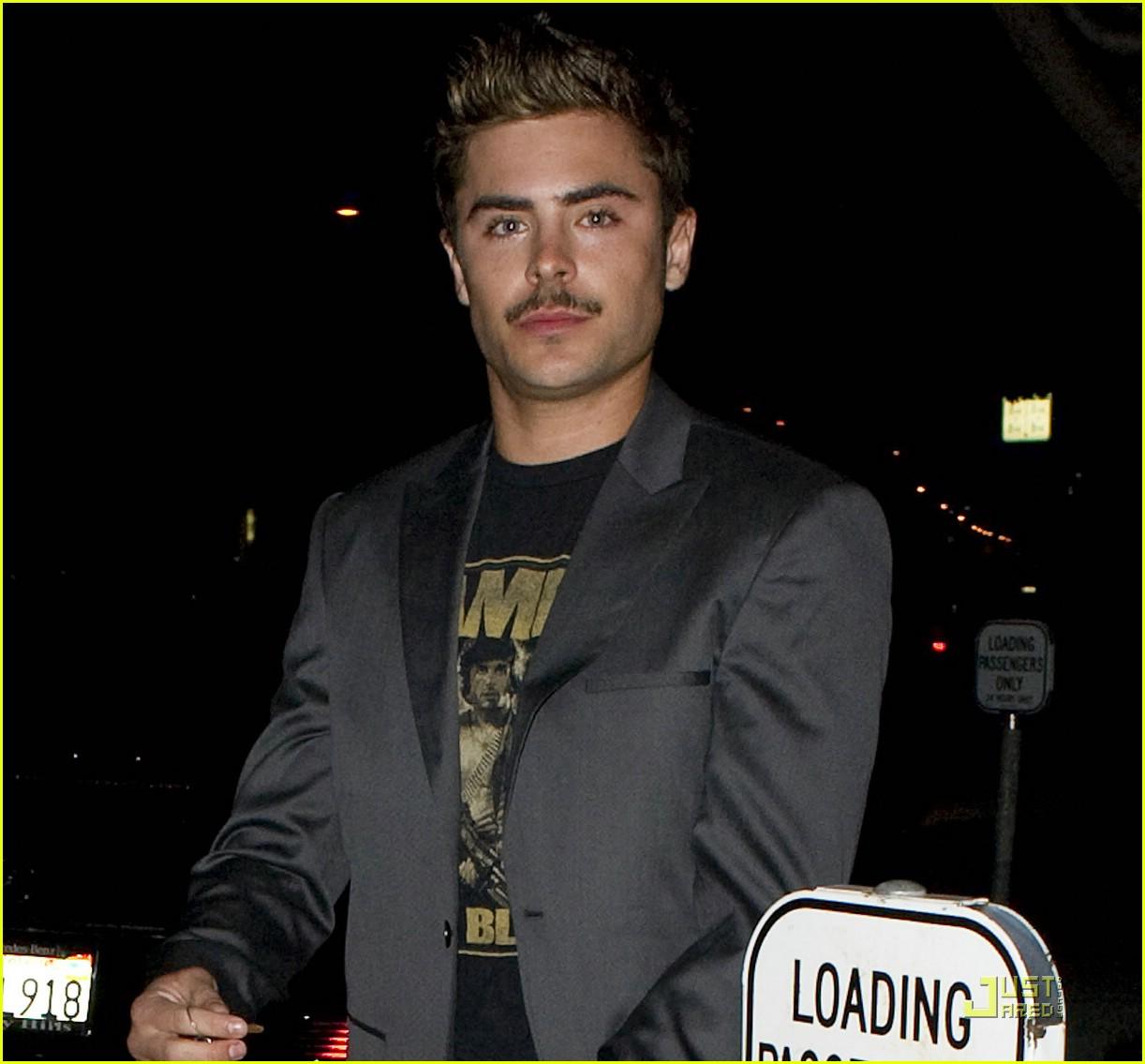 http://4.bp.blogspot.com/-i5X4FJ4z5a0/TZ6s1Z6zevI/AAAAAAAAAAM/jW303LPqRdY/s1600/zac-efron-coachella-mustache-05.jpg