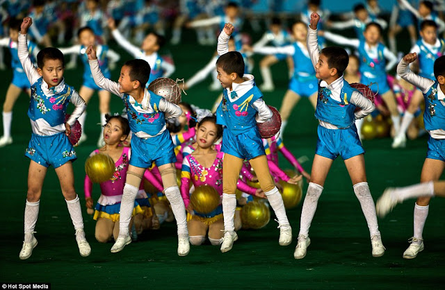 مستحيل يكونوا بشر عاديين North-Koreas-mass-games+09