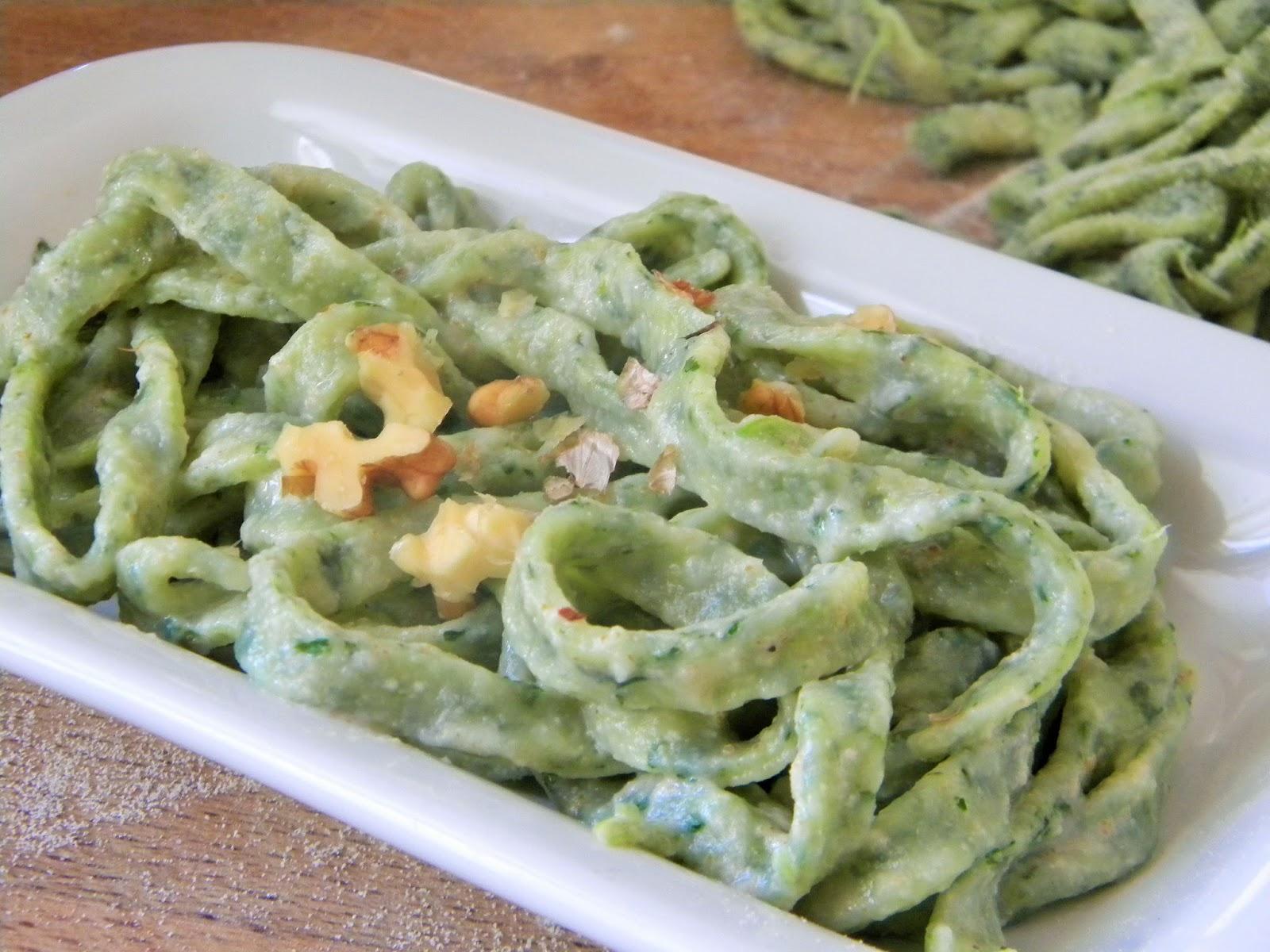 tagliatelle verdi  alle cime di rapa con salsa alle noci
