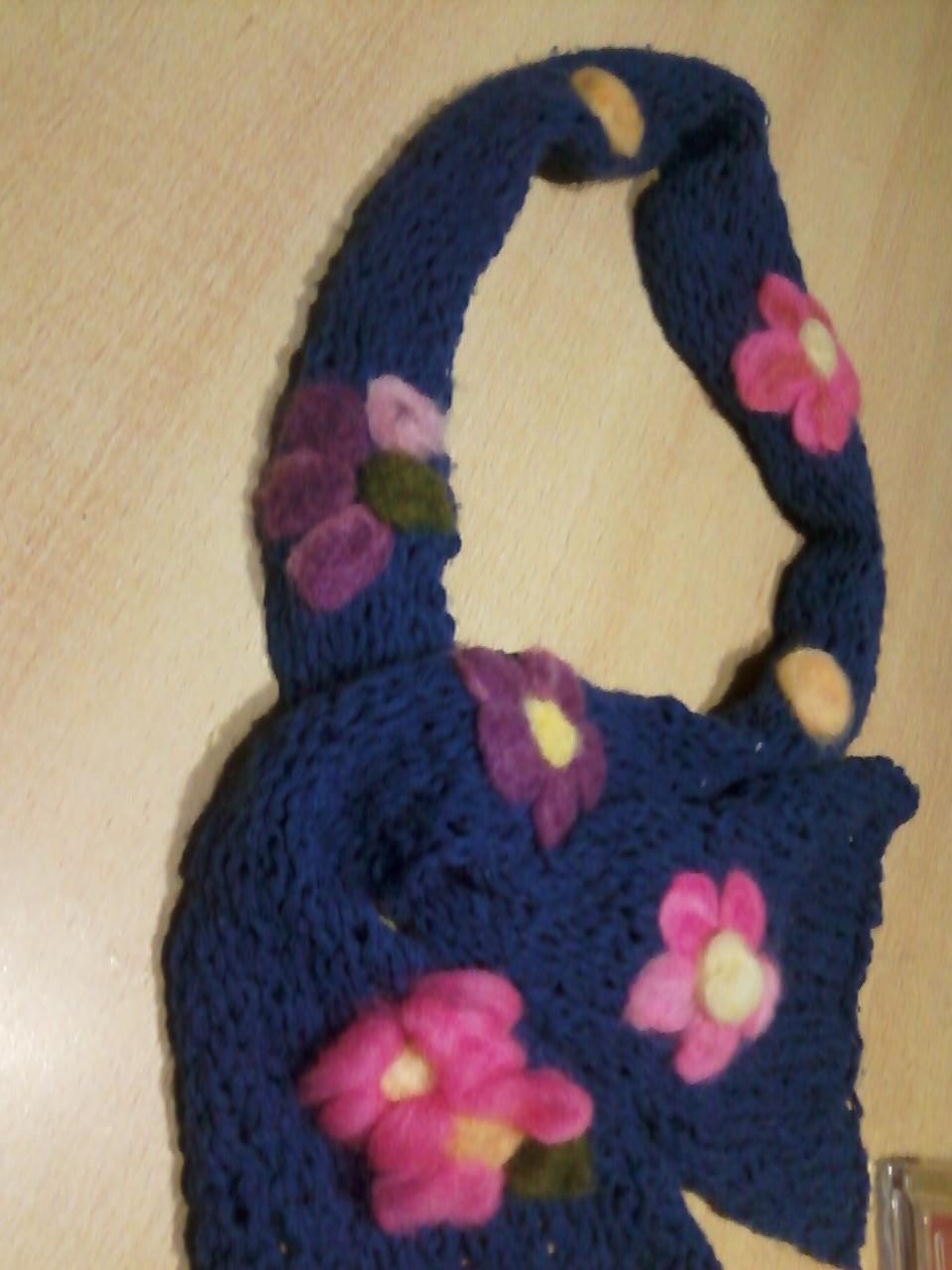 Bufandas decoradas con fieltro.
