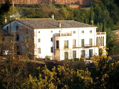 La masia de Ca n'Oliveres des de la baga del mateix nom