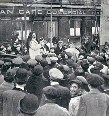 fotografía antigua de un vendedor de crecepelo