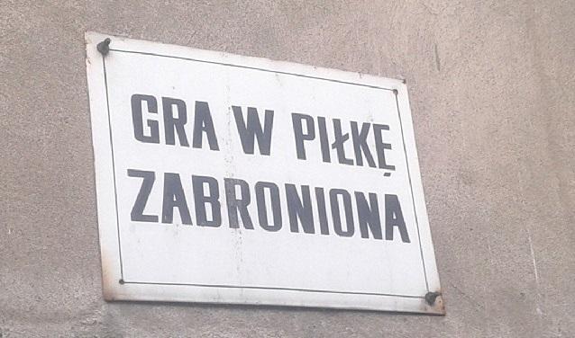 Tablica z zakazem gry w piłkę - fot. Tomasz Janus / sportnaukowo.pl