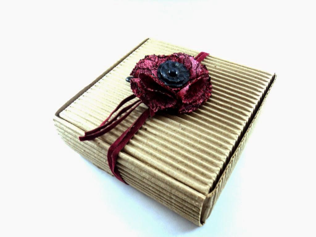 Adorno con flor, botones, gamuza, tela