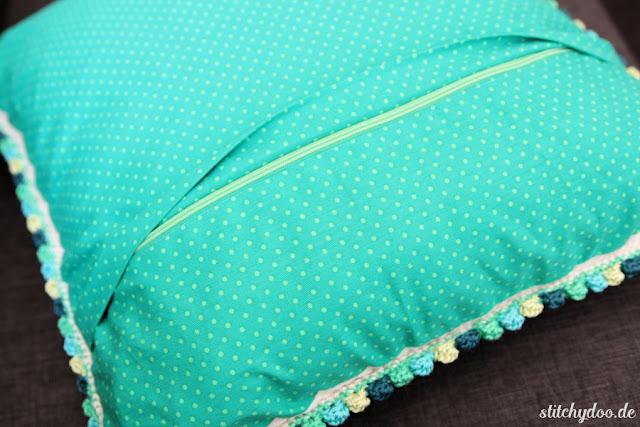 stitchydoo: Häkelkissen aus Rosie Posie Granny Squares - Rückseite aus Stoff mit verdeckstem Reißverschluss