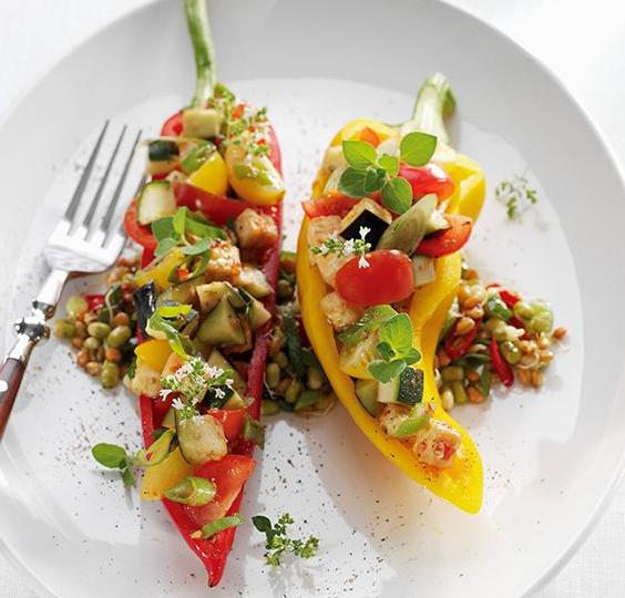 peperoni  ripieni con ratatouille e germogli insalata