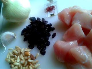 Ajo, cebolla, pasas, piñones y azafrán