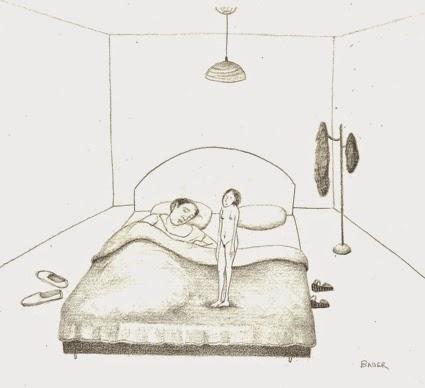 Mujer pequeña sobre cama.