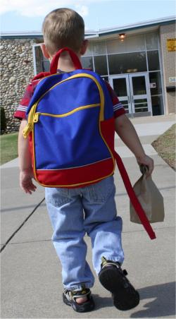 écolier qui rentre à l'école