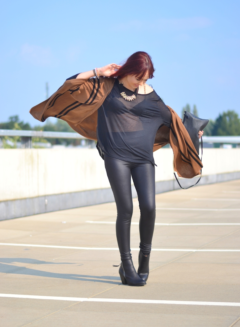 Herbst_Outfit_Lederleggings_Poncho_lange_rote_Haare_im_Wind