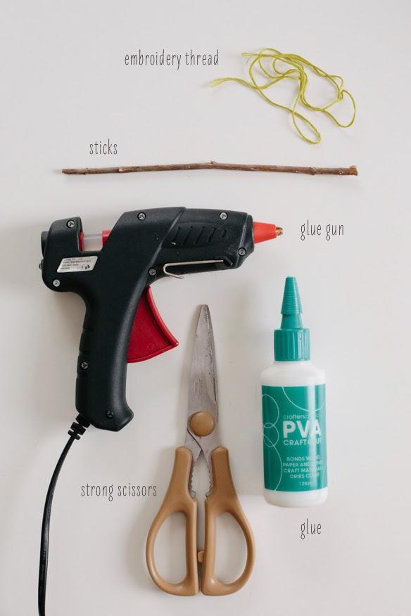 Envolver regalos con ramas en Recicla Inventa