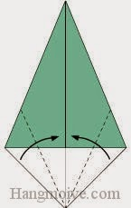 Bước 3: Gấp chéo hai cạnh tờ giấy vào trong.