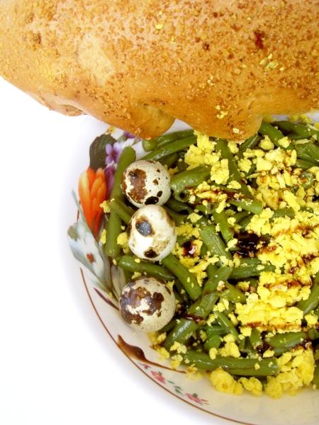 fagiolini con uova di quaglia, olio e aceto balsamico