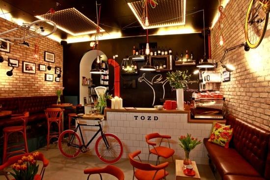 xícaras e as mesas imitam barras de chocolate Super Original