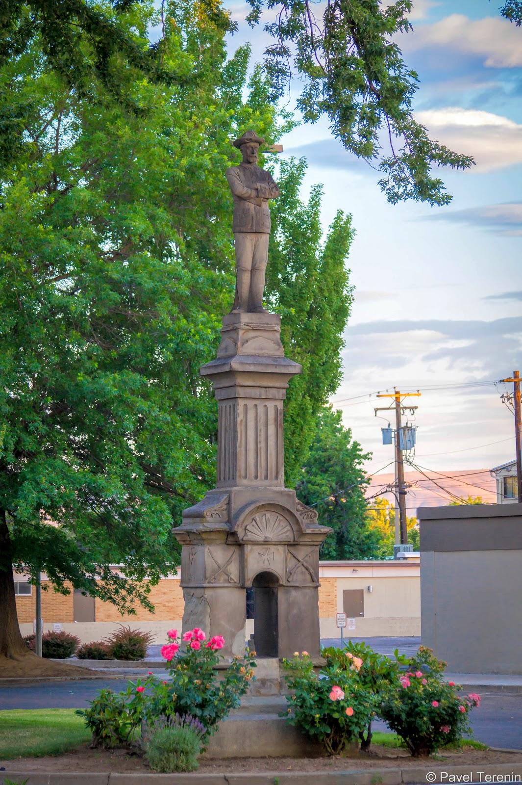 Статуя местному герою Мексиканской войны Джону Вейзенбергеру была установлена в 1902 году и вот уже более 110 лет стоит в центре города.