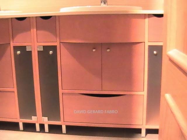 Mueble de baño de haya con herrajes color inox.