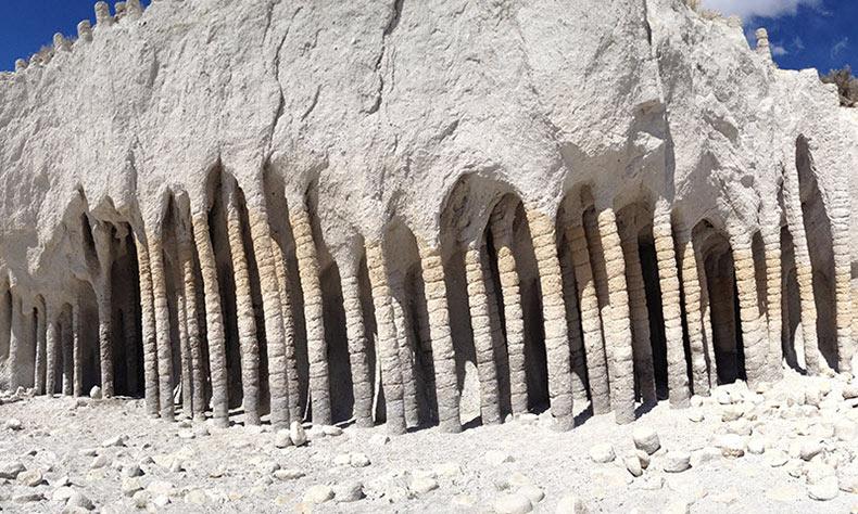 Las misteriosas columnas volcánicas a lo largo del lago Crowley