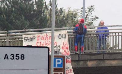 Μπαμπάς της F4J, ντυμένος Spiderman, κρεμάστηκε από πεζογέφυρα