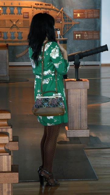 outfit_con_vestido_verde_de_flores