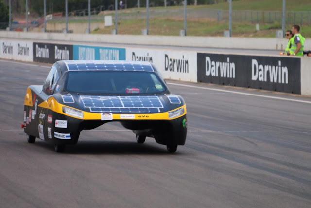 Mobil Sunswift buatan University of NSW, Australia, turut ambil bagian dari lomba tahun ini
