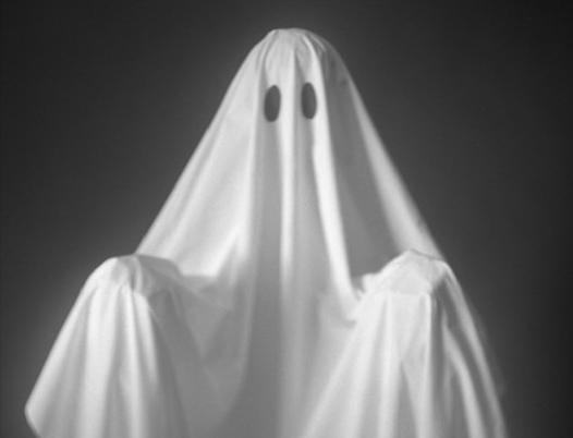 Fantasma con sábana blanca