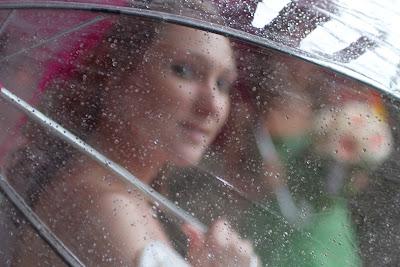 Свадебное фото: взгляд сквозь дождь