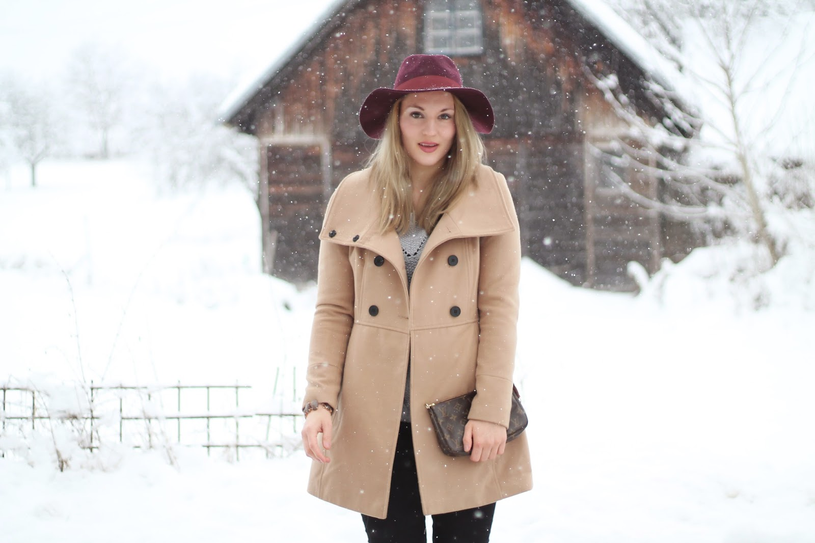 Fashionblogger Austria / Österreich / Deutsch / German / Kärnten / Carinthia / Klagenfurt / Köttmannsdorf / Winter Look / Classy / Edgy / Winter / WInter Style 2014 / Winter Look / Fashionista Look / Streetstyle Klagenfurt Vienna Wien Austria / /Winter Outfit / Bordeauxroter Hut Zalando Dorothy Perkins Red Hat / Camel Coat Pimkie Beiger Mantel / Neutral Shades / How to Style / Louis Vuitton Pochette Accessoires / Grey Knitted Sweater Strickpullover H&M / Overknees Black Stiefel Schwarz Deichmann / Winter / Snow/ Snowy Outfit / Outfit for the snow /