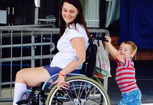 Pincel de maquilhagem deixa mulher paraplégica