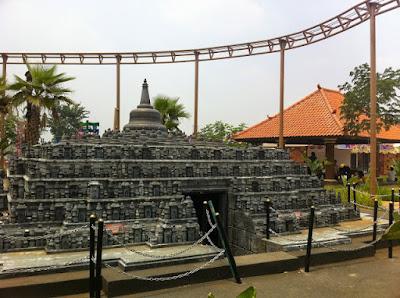 Replika Candi Borobudur