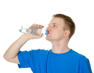 أضرار شرب الماء وأنت واقف