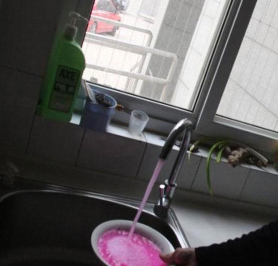 Wow, Air Keran Di China Berwarna Merah Muda