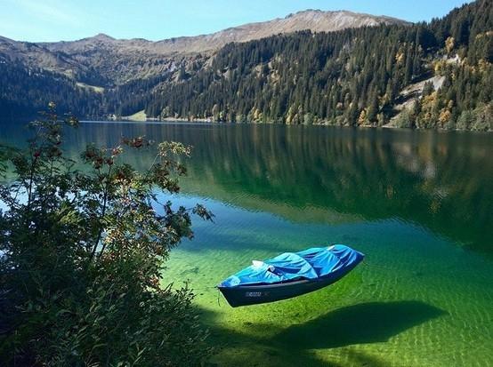 Μια «διάφανη» λίμνη χάρμα οφθαλμών!