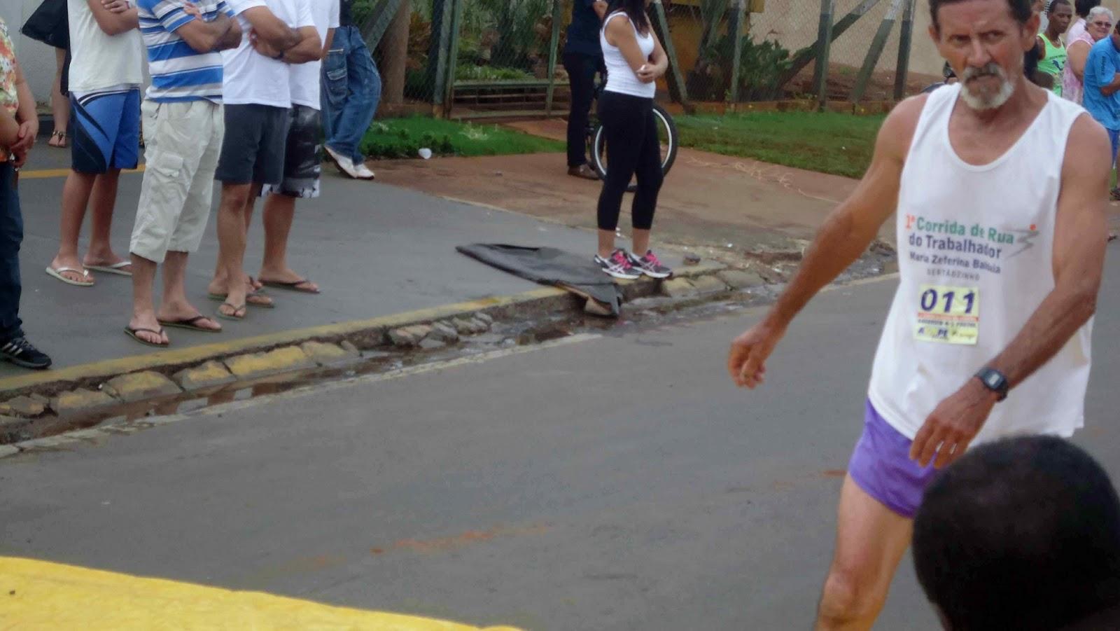 Foto 117 da 1ª Corrida Av. dos Coqueiros em Barretos-SP 14/04/2013 – Atletas cruzando a linha de chegada
