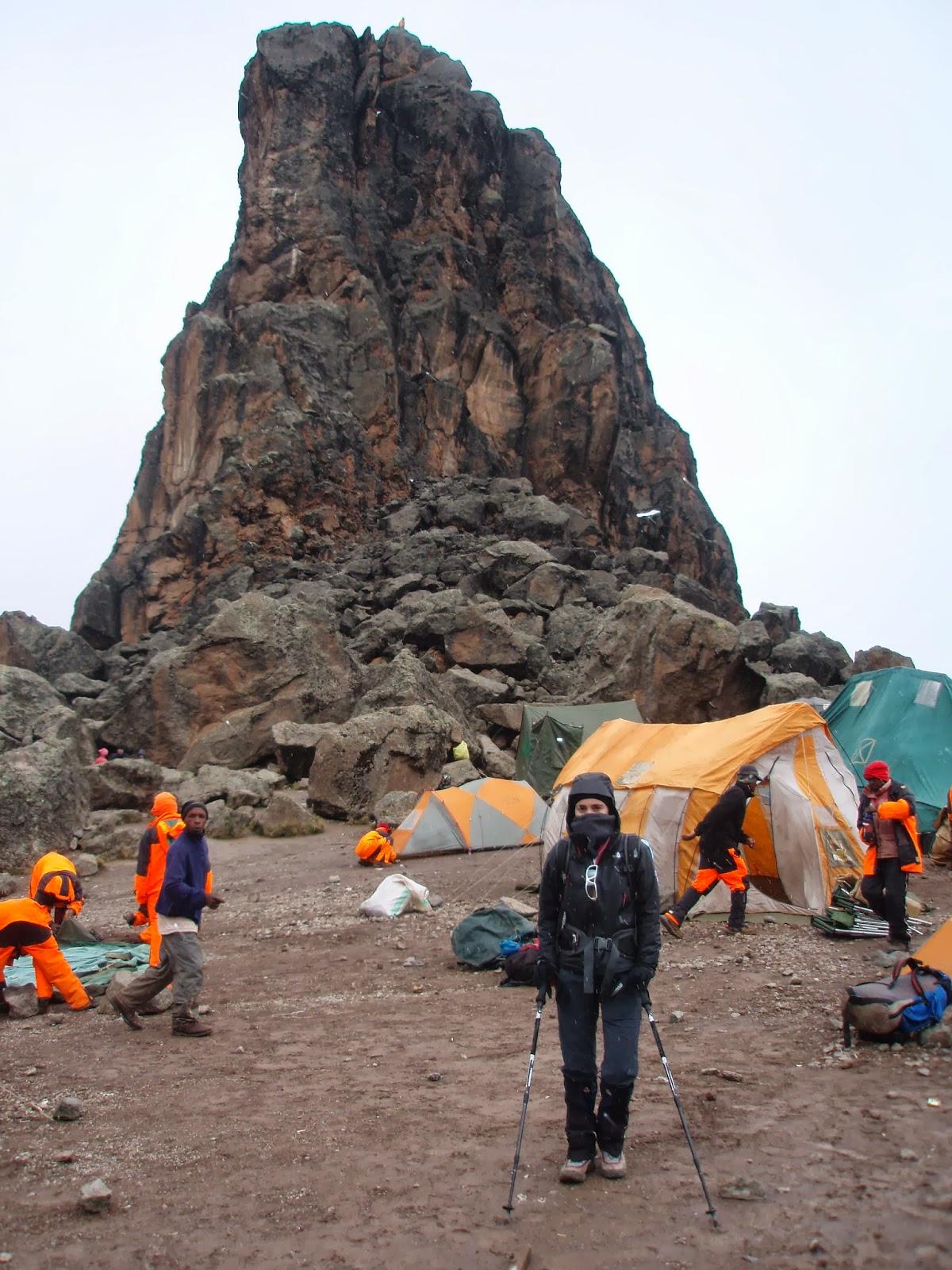 ENLACIMA-Inma-delante-de-Lava-Tower-Kilimanjaro-Ruta-Machame