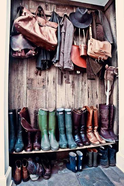 Buty i kurtki również dekorują wnętrze