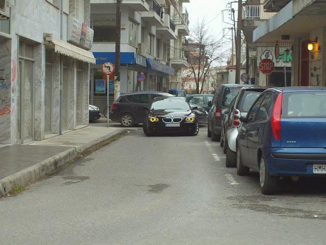 Παρκαρισμένο και στη μέση του δρόμου και σε μονόδρομο
