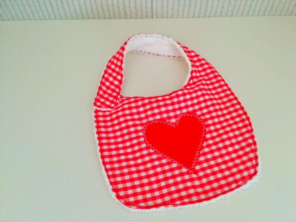 Babero Vichy Rojo con Corazón central